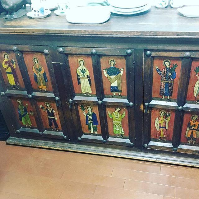 メキシコ製のとても古いサイドボードを買取しました。とても珍しいお品ですね。絵も宗教的かつ趣きがあります。