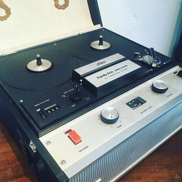 昔の人はこんなテーププレーヤーで音を楽しんでいたんですね。しかもスピーカー付きポータブル。今とは違いみんなで音を楽しむ時代だったんでしょうね。