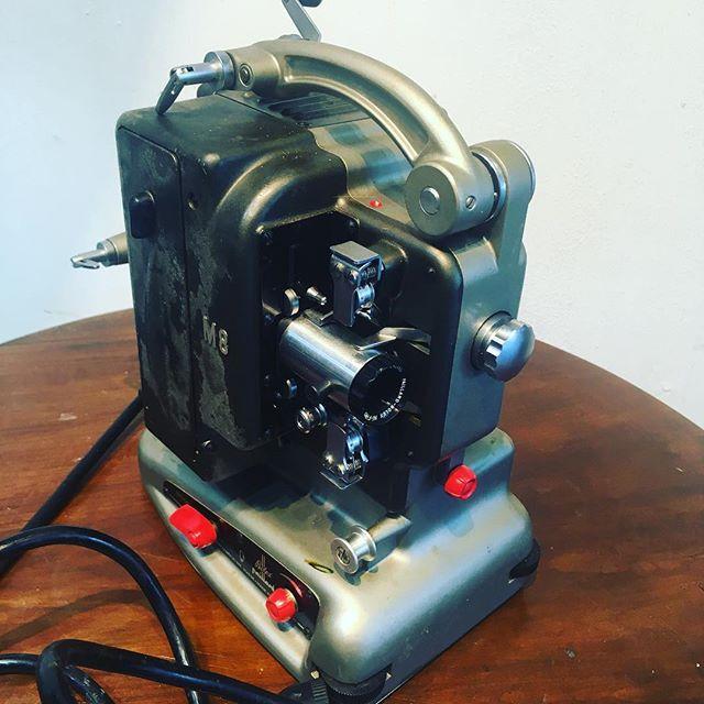スイス製の古い映写機がありました!無骨ながらも丸っこいデザインが印象的です。